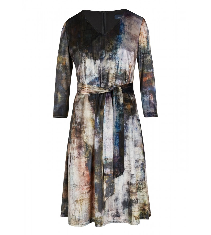 Modisches Kleid mit grafischem Muster - Dieses feminin geschnittene Kleid mit V-Ausschnitt von Daniel Hechter passt sowohl zu Business- als auch zu Freizeit-Anlässen. Durch den Gürtel wird die Taille betont, während das grafische Muster für eine modische Optik sorgt. Durch das Material aus hochwertiger Kunstfaser mit Stretch-Anteil trägt sich das Kleid sehr angenehm.