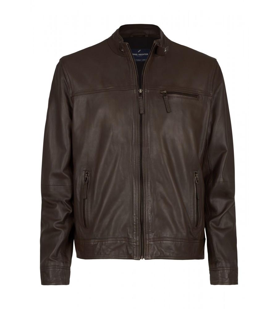 Klassische Biker-Lederjacke - Eine lässig-elegante Lederjacke wie diese ist ein essentieller Bestandteil jeder Garderobe. Als modischer Evergreen ist sie vielseitig kombinierbar und verleiht klassischen Outfits einen Hauch lässige Moderne. Die Jacke ist im Biker Style geschnitten, mit einem stilechten Riegel am Kragen. Sie besteht aus feinstem Nappaleder mit sehr weicher Haptik. Die Jacke verfügt über praktische Innentaschen und Taschen mit Rei�verschluss.