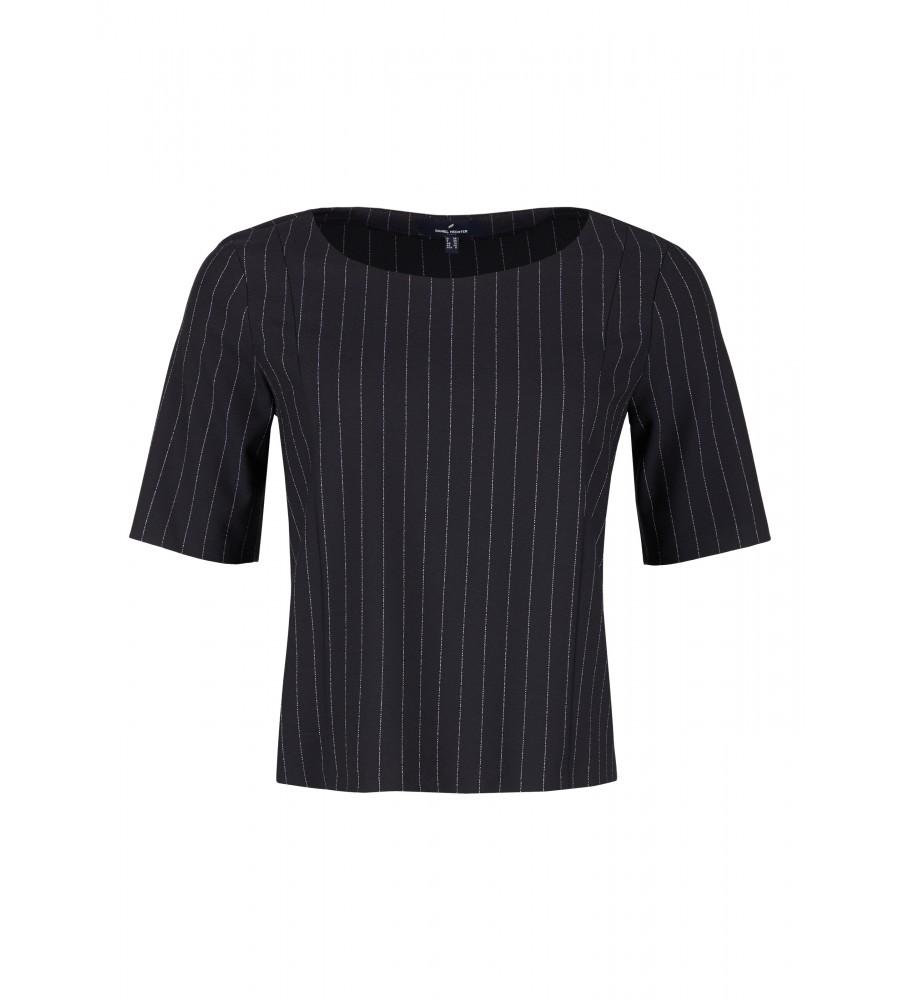 Trendiges Blusen-Shirt - Dieses kurz geschnittene Shirt von Daniel Hechter ist ein absolutes Must-Have für die kommende Saison. Der Material-Mix aus Polyester, Viskose und Elasthan verleiht ihm hervorragende Trageeigenschaften, Langlebigkeit und Formstabilität. Der feminine Rundhalsausschnitt und die Ziernähte sorgen für eine moderne Optik. Das hübsche Streifenmuster lässt das Shirt zum modischen Highlight werden.