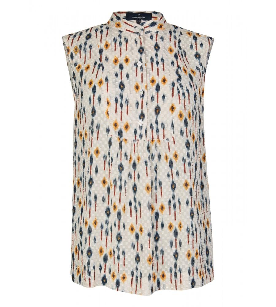 Modische Bluse im grafischen Design - Beweisen Sie Trendbewusstsein mit dieser modischen Bluse von Daniel Hechter. Sie präsentiert sich im angesagten Grafik-Stil und verfügt über viele modische Details wie beispielsweise dem Rundhalsausschnitt mit Knopfleiste. Die Bluse besteht aus sommerlich leichter Qualität aus reiner, hochwertiger Kunstfaser.