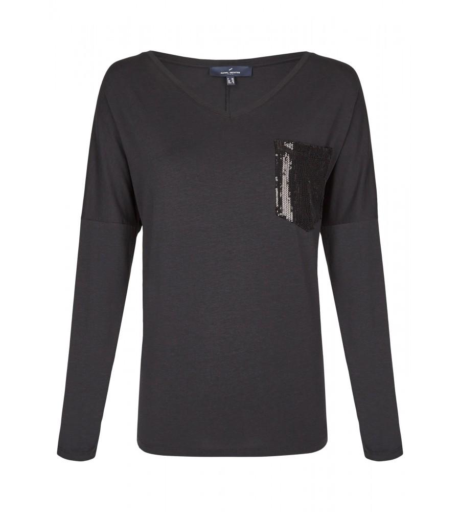Modisches Basic Shirt - Ein Basic-Shirt wie dieses Modell von Daniel Hechter ist der perfekte Begleiter für jeden Tag. Es begeistert mit dem weiten, femininen V-Ausschnitt und wird durch die paillettenbesetzte Brusttasche zum Hingucker. Die versetzten �rmel in ¾-Länge runden den Look ab. Dieses Shirt wird in Europa produziert.