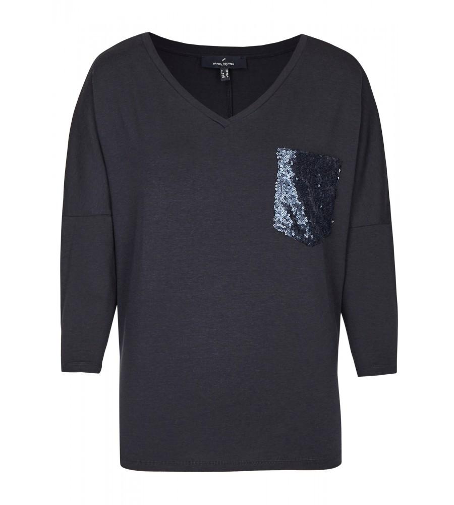 Modisches Basic Shirt - Dieses modische Basic-Shirt von Daniel Hechter ist der perfekte Begleiter für Büro und Freizeit! Es begeistert mit der paillettenbesetzten Brusttasche, versetzte ¾-�rmel und dem weiten V-Ausschnitt. Der Stoff aus Lyocell-Mix bietet höchsten Tragekomfort. Das Shirt lässt sich sehr vielseitig kombinieren und wird in Europa produziert. Modell: DAH-70990-791601