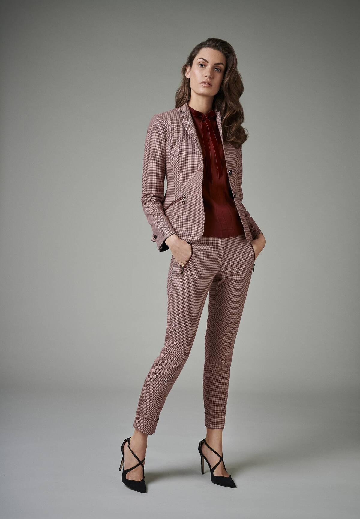 Moderne Bluse mit hochgestelltem Kragen und Schleife / Shirt with Bow Tie